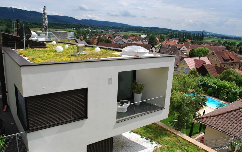Extensive Dachbegrünung auf einem Wohnhaus im baden-württembergischen Offenburg