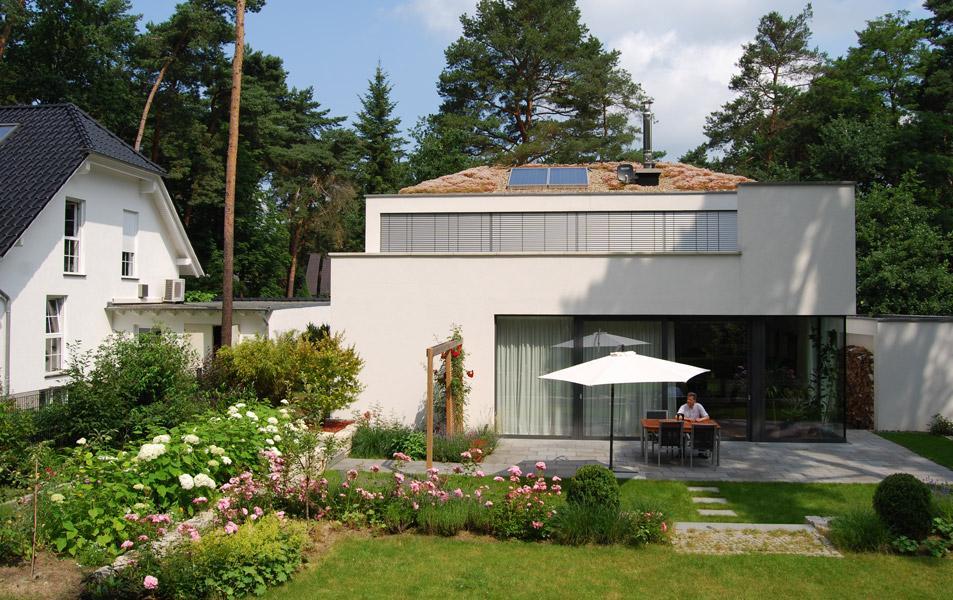 Wohnhaus mit extensiver Dachbegrünung in Kleinmachnow (Brandenburg)