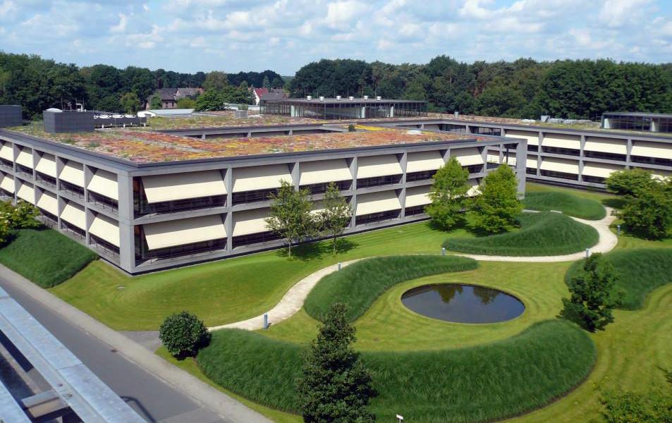 Dachbegrünung der Firmenzentrale des Textilunternehmens Ernsting's family in Coesfeld-Lette