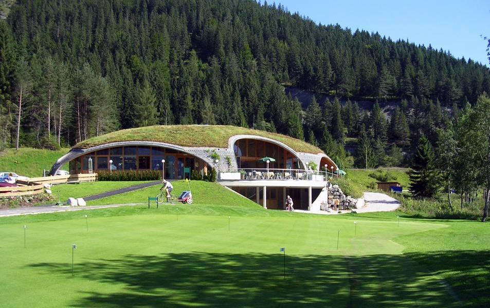 Dachbegrünung des Golfhauses Ehrwald in der österreichischen Zugspitz-Region