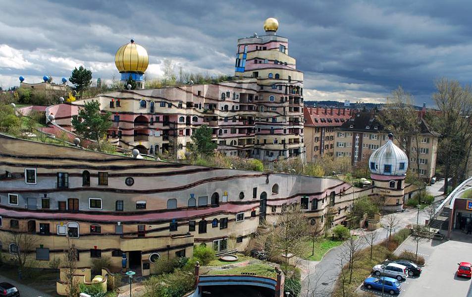 """Dachbegrünung der von Friedensreich Hundertwasser entworfenen Wohnanlage """"Waldspirale"""" in Darmstadt"""