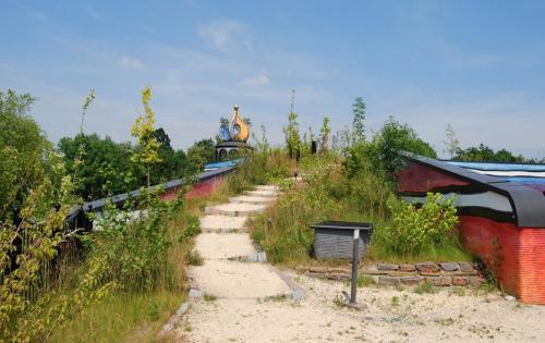 Das Gründach von Friedensreich Hundertwassers Regenbogenspirale in Valkenburg an der Geul (Niederlande)