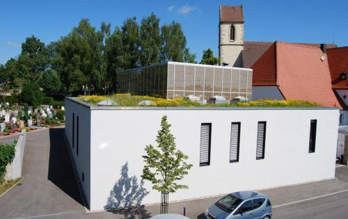 Blick auf das extensiv begrünte Dach der Aussegnungshalle der Gemeinde Schönaich