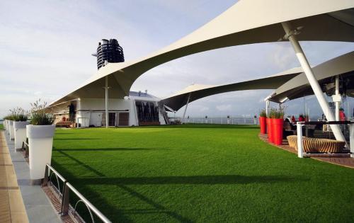 Gepflegte Rasenfläche auf dem Deck des Kreuzfahrtschiffes Celebrity Solstice