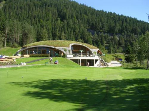 Gründach des Golfhauses Ehrwald in der österreichischen Zugspitz-Region