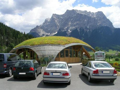 Das begrünte Dach des Golfhauses Ehrwald in der österreichischen Zugspitz-Region